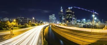 Panorama del telefono Aviv City And Ayalon Freeway alla notte fotografia stock