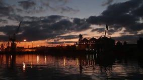 Panorama del terminal grande del grano en el puerto por la tarde Transbordo a granel de los cereales al buque en la noche Grano d almacen de metraje de vídeo