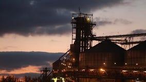 Panorama del terminal grande del grano en el puerto por la tarde Transbordo a granel de los cereales al buque en la noche Grano d almacen de video