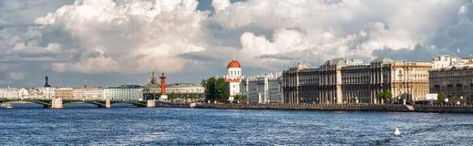 Panorama del terraplén de Makarov en St Petersburg en un día de verano Fotografía de archivo
