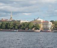 Panorama del terraplén del río Neva Vista del Ministerio de marina en St Petersburg Imágenes de archivo libres de regalías