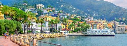 Panorama del terraplén en la costa de Amalfitan de Italia imagenes de archivo