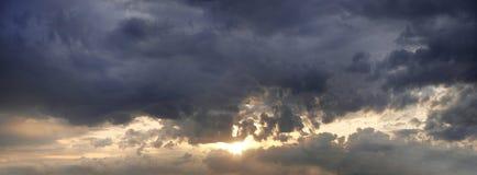 Panorama del tramonto con le nuvole di tempesta Fotografia Stock Libera da Diritti