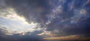 Panorama del tramonto con le nuvole di tempesta Immagini Stock Libere da Diritti