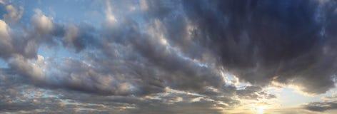 Panorama del tramonto con le nuvole di tempesta Immagine Stock Libera da Diritti