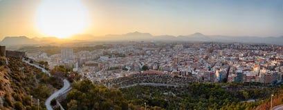 Panorama del tramonto sopra la vecchia città di Santa Barbara Castle, Alicante, Spagna Fotografia Stock