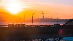 Panorama del transporte en el puente y de la salida del sol sobre el río de Belaya en Ufa, Bashkiria, Rusia Fotos de archivo libres de regalías