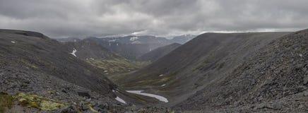 Panorama del valle de la montaña con los musgos y las rocas cubiertos con l Fotografía de archivo libre de regalías