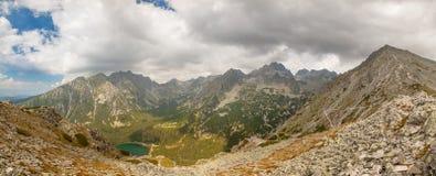 Panorama del valle en las montañas de Tatra, Eslovaquia, Europa del lago del pleso de Popradske Imágenes de archivo libres de regalías