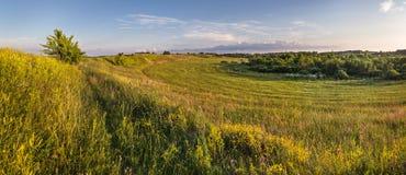 Panorama del valle y del campo bielorrusos por la tarde Fotos de archivo