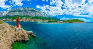 Panorama del verano de la ciudad de Makarska, Croacia imagen de archivo