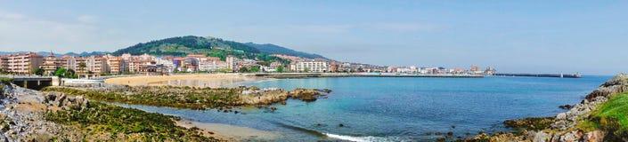 Panorama del villaggio di Castro Urdiales in Cantabria, Spagna fotografie stock libere da diritti