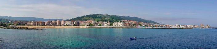 Panorama del villaggio di Castro Urdiales in Cantabria, Spagna immagine stock