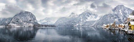 Panorama del villaggio e del lago Hallstatt nelle alpi austriache Fotografia Stock Libera da Diritti
