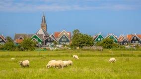Panorama del villaggio olandese tradizionale con la casa di legno variopinta Immagine Stock Libera da Diritti