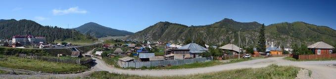 Panorama del villaggio Shebalino, Repubblica di Altai, Russia Immagini Stock