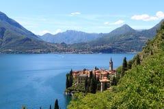 Panorama del villaggio Varenna della riva del lago nel lago Como con le montagne in Lombardia Immagini Stock Libere da Diritti