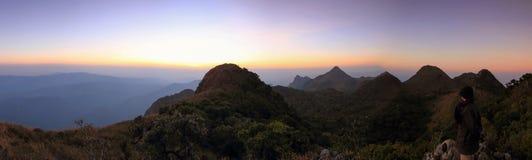 Panorama dell'alta montagna nel tempo di tramonto Fotografia Stock Libera da Diritti