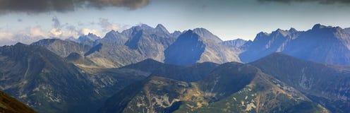 Panorama dell'alta montagna un giorno soleggiato Fotografie Stock