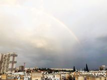 Panorama dell'arcobaleno di Rishon Le Zion, nuvole Vista superiore della città israeliana immagine stock libera da diritti