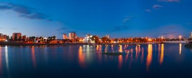 Panorama dell'argine del fiume di Miass, Ä?eljabinsk di sera, settembre 2017 Uso editoriale soltanto immagini stock