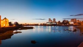 Panorama dell'argine del fiume di Miass, Ä?eljabinsk di sera, settembre 2017 Uso editoriale soltanto fotografia stock libera da diritti