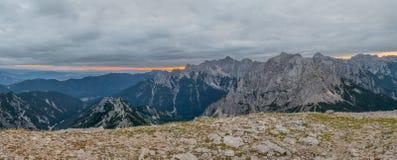Panorama dell'aumento del sole dietro la cresta della montagna Fotografia Stock Libera da Diritti