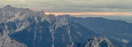 Panorama dell'aumento del sole dietro la cresta della montagna Fotografia Stock