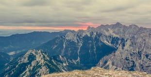 Panorama dell'aumento del sole dietro la cresta della montagna Immagine Stock Libera da Diritti