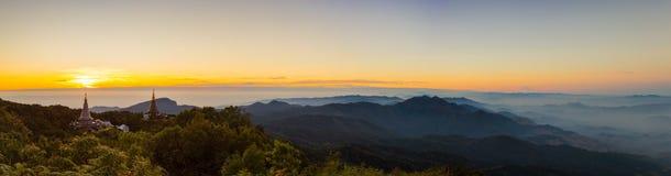 Panorama dell'aumento di Sun alla pagoda sulla cima della montagna, Inthanon Fotografie Stock