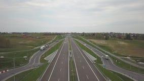 Panorama dell'autostrada con una vista di occhio dell'uccello Arteria di trasporto del paese Il movimento dei veicoli sulla strad video d archivio