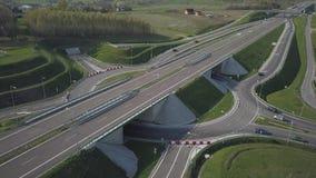 Panorama dell'autostrada con una vista di occhio dell'uccello Arteria di trasporto del paese Il movimento dei veicoli sulla strad archivi video