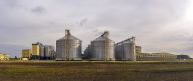 Panorama dell'impianto di lavorazione del grano Grande complesso agricolo immagine stock libera da diritti