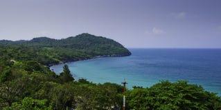 Panorama dell'isola di Chang di si di Ko in Tailandia. Viaggio dal mare. immagine stock