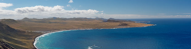 Panorama dell'oceano del paesaggio di Lanzarote, La Caleta de Famara Spagna Fotografie Stock Libere da Diritti
