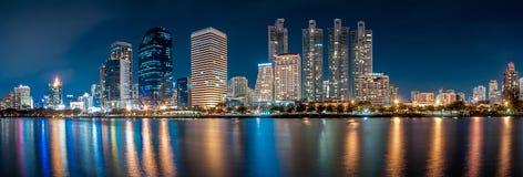 Panorama dell'orizzonte del centro di Benjakiti Park City alla notte con w Immagine Stock