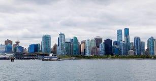Panorama dell'orizzonte del centro di Vancouver da Stanley Park immagine stock libera da diritti