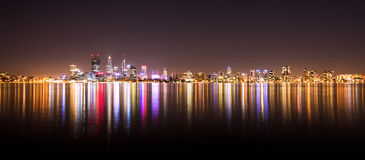 Panorama dell'orizzonte della città di Perth alla notte Immagini Stock Libere da Diritti
