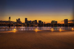 Panorama dell'orizzonte della città di Portland, Oregon con il ponte di Hawthorne Immagine Stock Libera da Diritti
