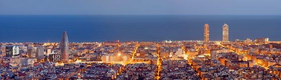 Panorama dell'orizzonte di Barcellona alla notte Fotografia Stock