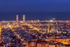 Panorama dell'orizzonte di Barcellona alla notte Fotografie Stock Libere da Diritti