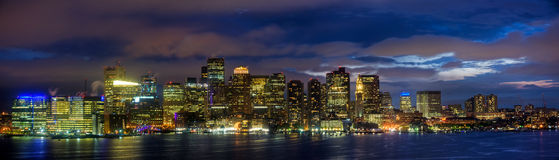 Panorama dell'orizzonte di Boston alla notte Fotografie Stock