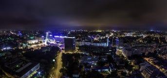 Panorama dell'orizzonte di Bucarest alla notte - Piata Victoriei fotografie stock libere da diritti