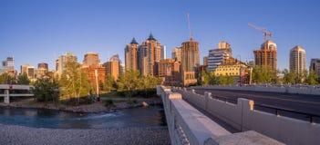 Panorama dell'orizzonte di Calgary lungo Louise Bridge Fotografia Stock