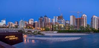 Panorama dell'orizzonte di Calgary lungo Louise Bridge Immagini Stock Libere da Diritti