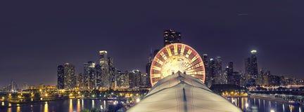 Panorama dell'orizzonte di Chicago con la grande ruota, Chicago, U.S.A. fotografia stock