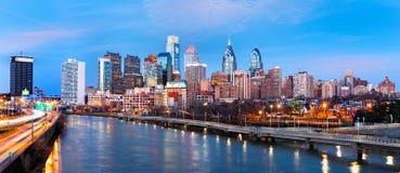 Panorama dell'orizzonte di Filadelfia al crepuscolo fotografia stock