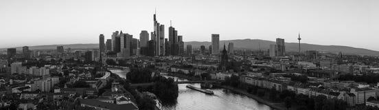 Panorama dell'orizzonte di Francoforte sul Meno in bianco e nero fotografie stock libere da diritti