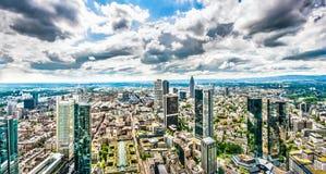 Panorama dell'orizzonte di Francoforte sul Meno con le nuvole drammatiche Immagini Stock Libere da Diritti