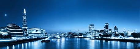 Panorama dell'orizzonte di Londra alla notte, Inghilterra il Regno Unito Il Tamigi, Fotografie Stock